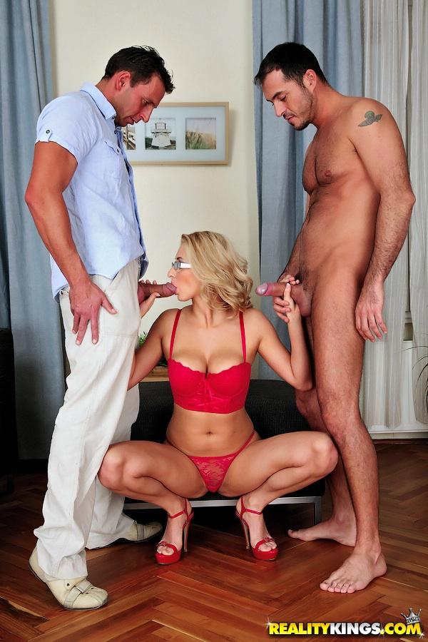 Групповой секс с пышногрудой мамкой в очках на удобном кресле секс фото и порно фото