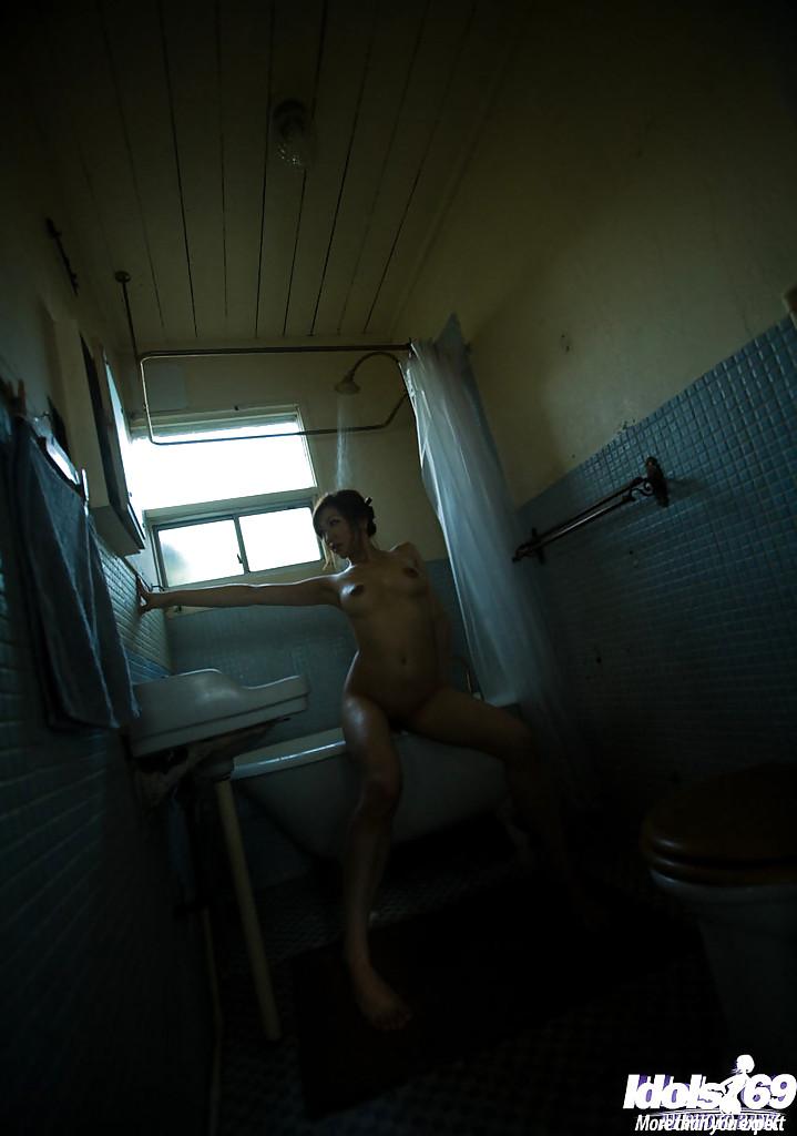 Японка с большими сиськами дрочит струей воды в ванне секс фото и порно фото
