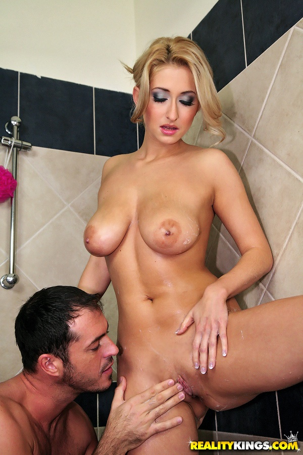 Мужик дрочит киску белокурой мадам в душевой кабинке секс фото и порно фото