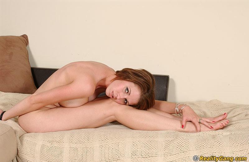Девушка с проколотыми сосками и тату возле киски демонстрирует гибкость секс фото и порно фото