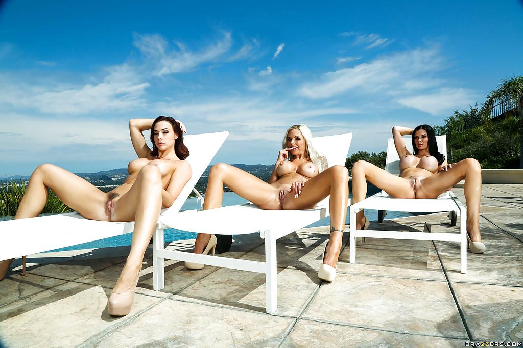 Три туристки за тридцать загорают голышом возле водоема секс фото и порно фото
