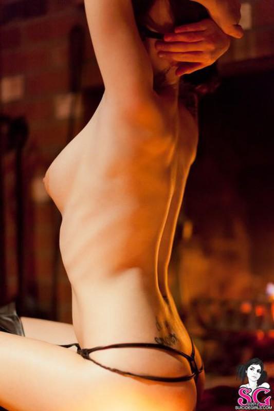 Роковая женщина позирует голышом с топором в руках секс фото и порно фото