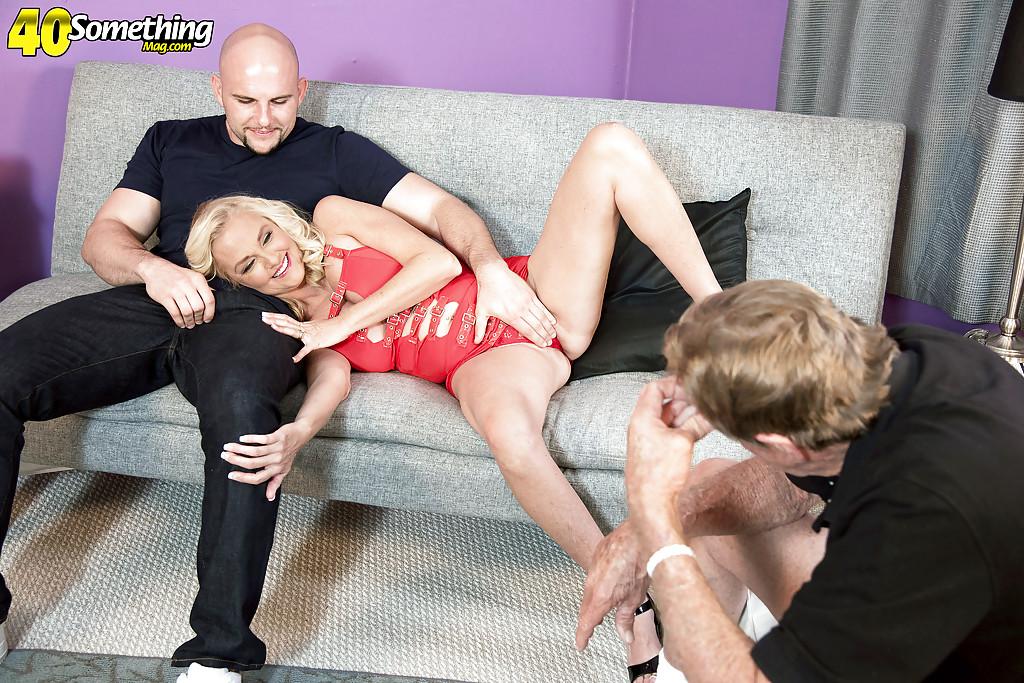 Бабка с большими сиськами трахается с лысым парнем на диване секс фото и порно фото