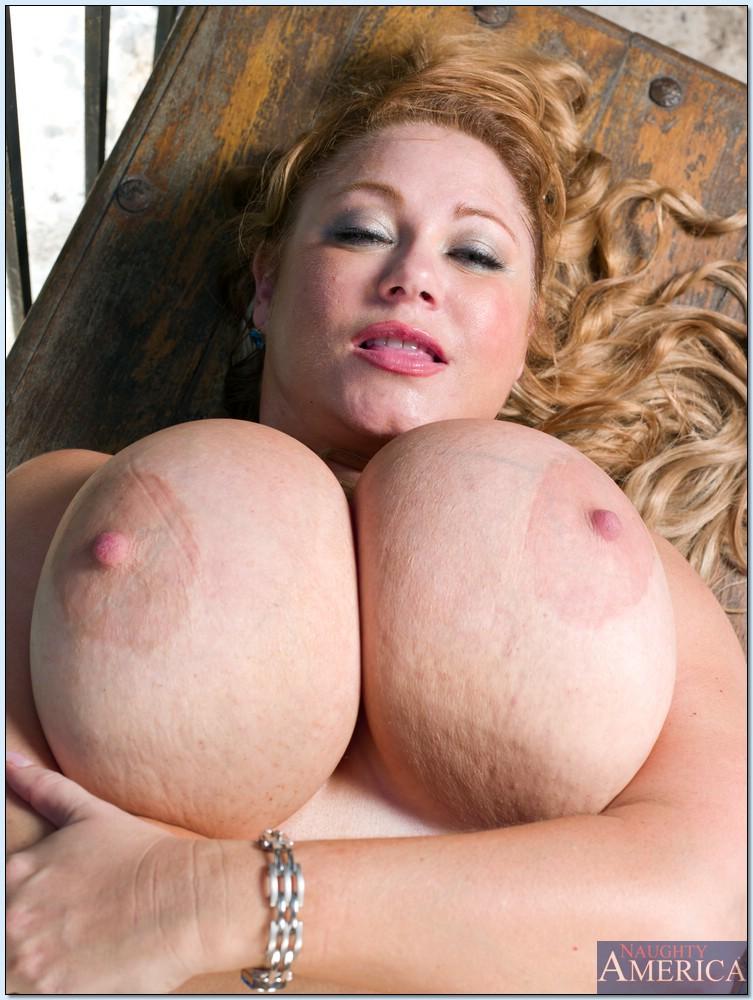 Жирная бабушка обнажила гигантскую грудь на балконе под пальмами секс фото и порно фото
