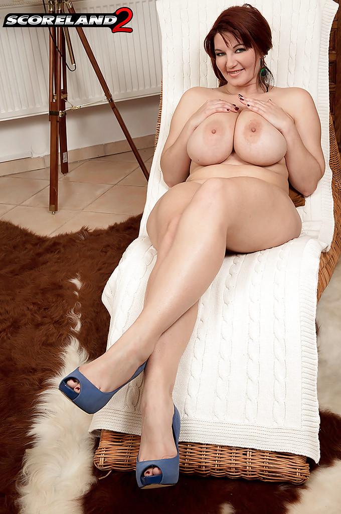 Мамочка с большими сиськами раздвигает пизду в позе раком секс фото и порно фото