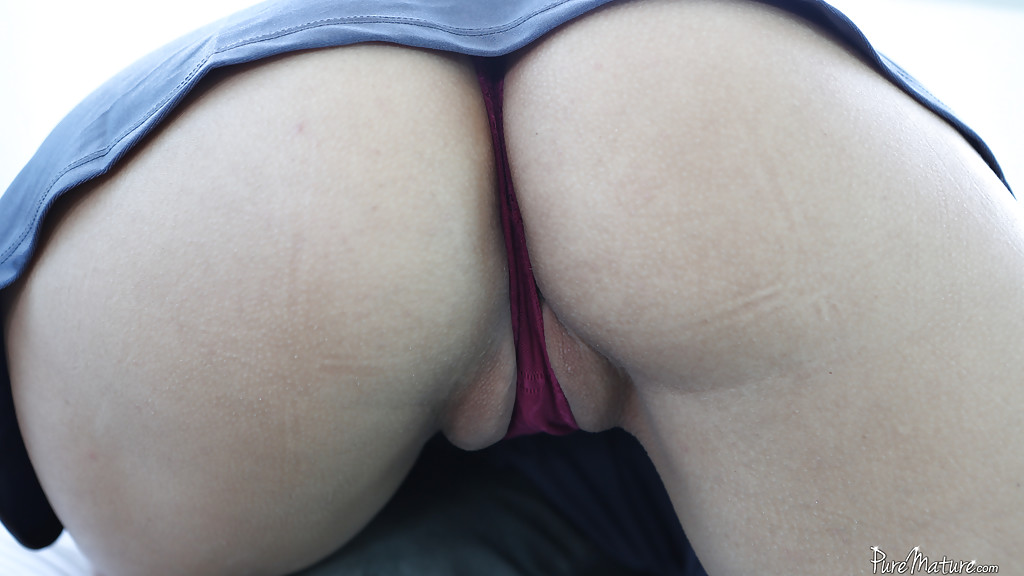 Латиночка с проколотыми сосками скачет на члене друга на кровати секс фото и порно фото