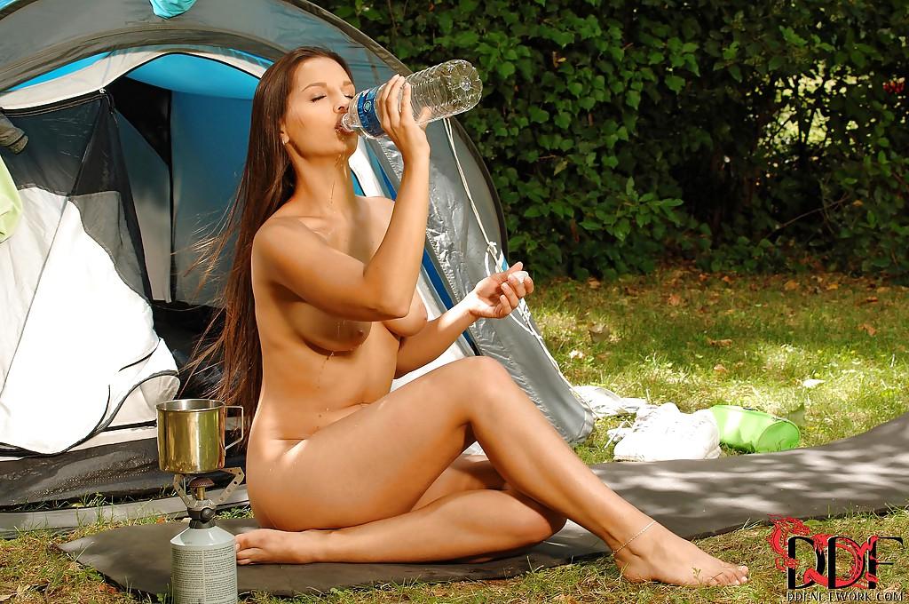 Ив Энджел разделась на улице возле палатки секс фото и порно фото