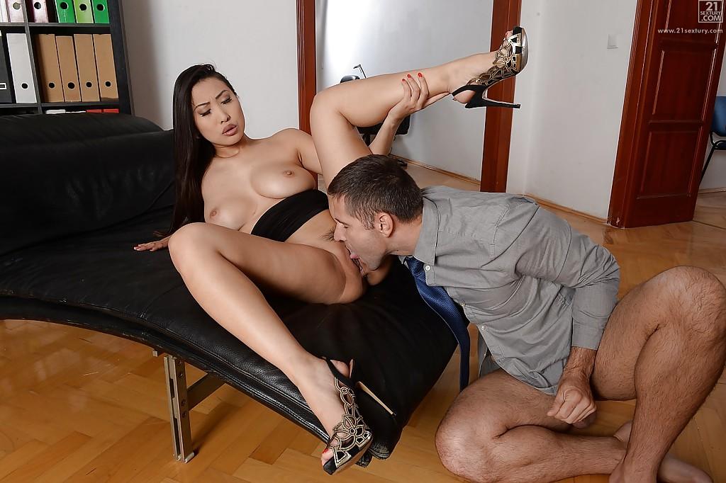 Босс выебал грудастую секретаршу на кожаном диване секс фото и порно фото