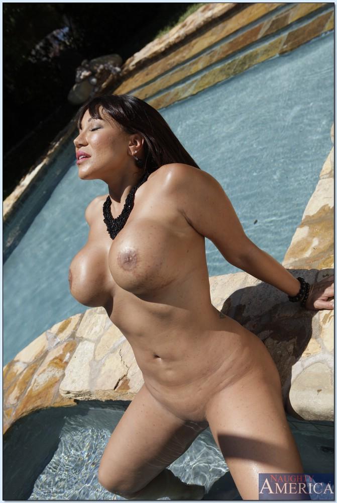 Азиатка в красном платье демонстрирует своё тело возле бассейна секс фото и порно фото