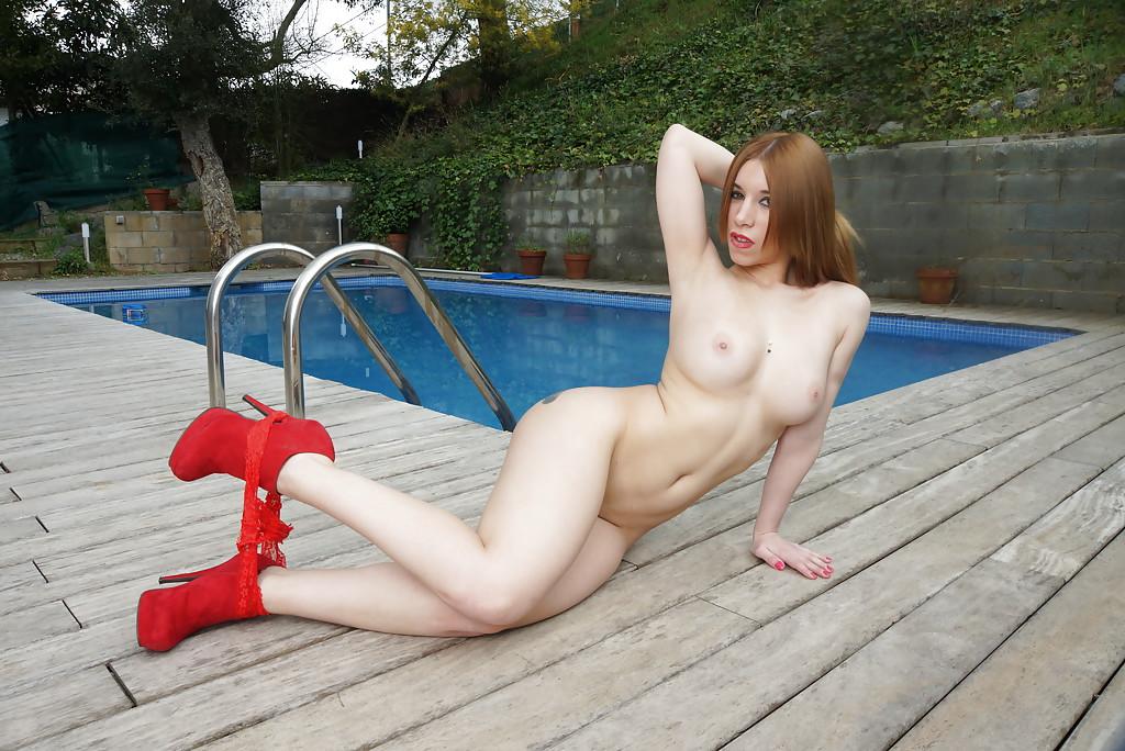 Девушка на высоких каблуках раздевается у бассейна и позирует секс фото и порно фото