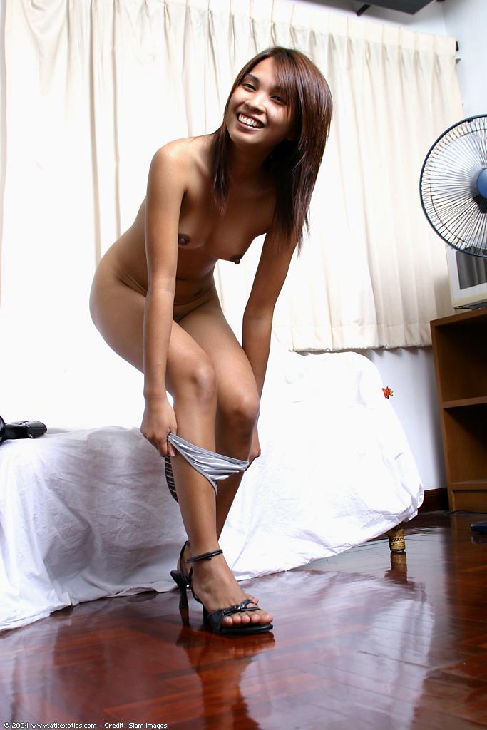 Молодая азиатка снимает блестящее платье и демонстрирует свою киску секс фото и порно фото
