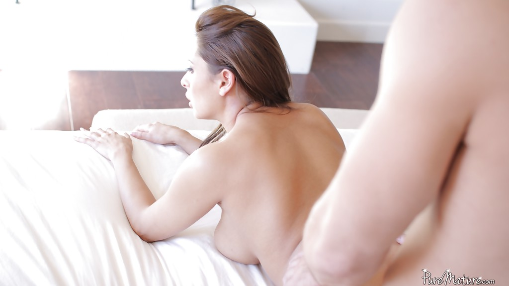 Мужик трахает зрелую красотку с большими сиськами на кухне секс фото и порно фото