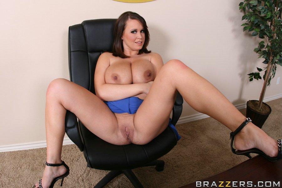 Сиськастая бизнес-леди разделась на рабочем столе своего кабинета секс фото и порно фото