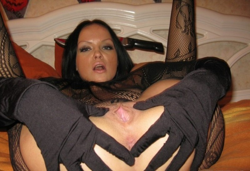 Брюнетка в перчатках раздвигает лысую киску, лежа на спине секс фото и порно фото