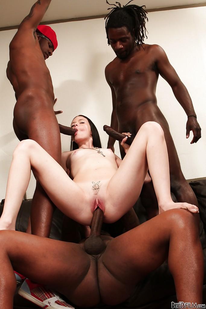 Три негра трахнули худышку на черном диване секс фото и порно фото