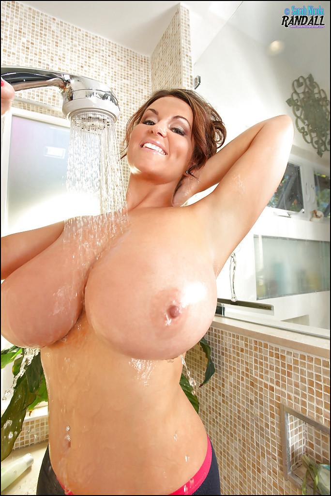 Сиськастая мамаша демонстративно поливает грудь водой, принимая душ секс фото и порно фото
