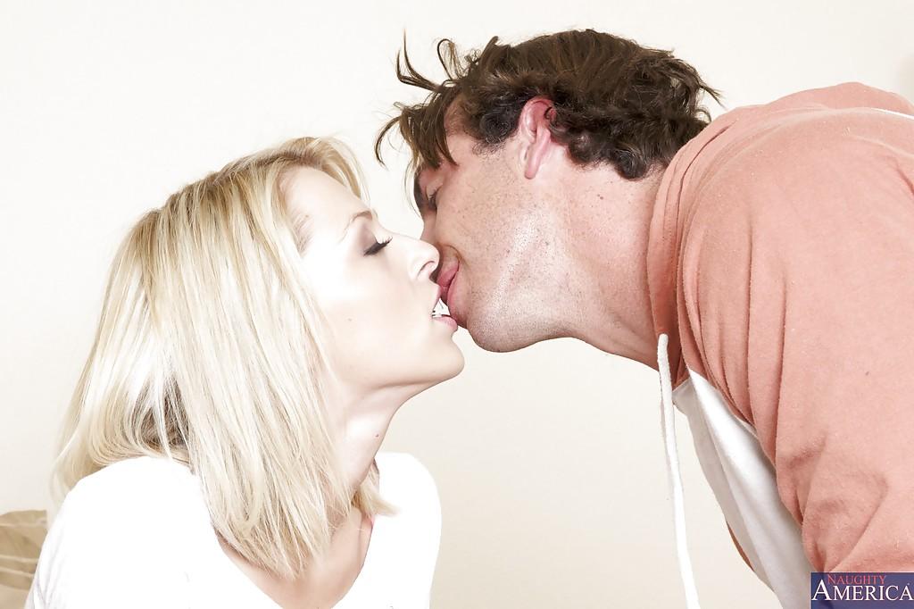 После минета мужик вылизал киску блондинки у нее в спальне секс фото и порно фото