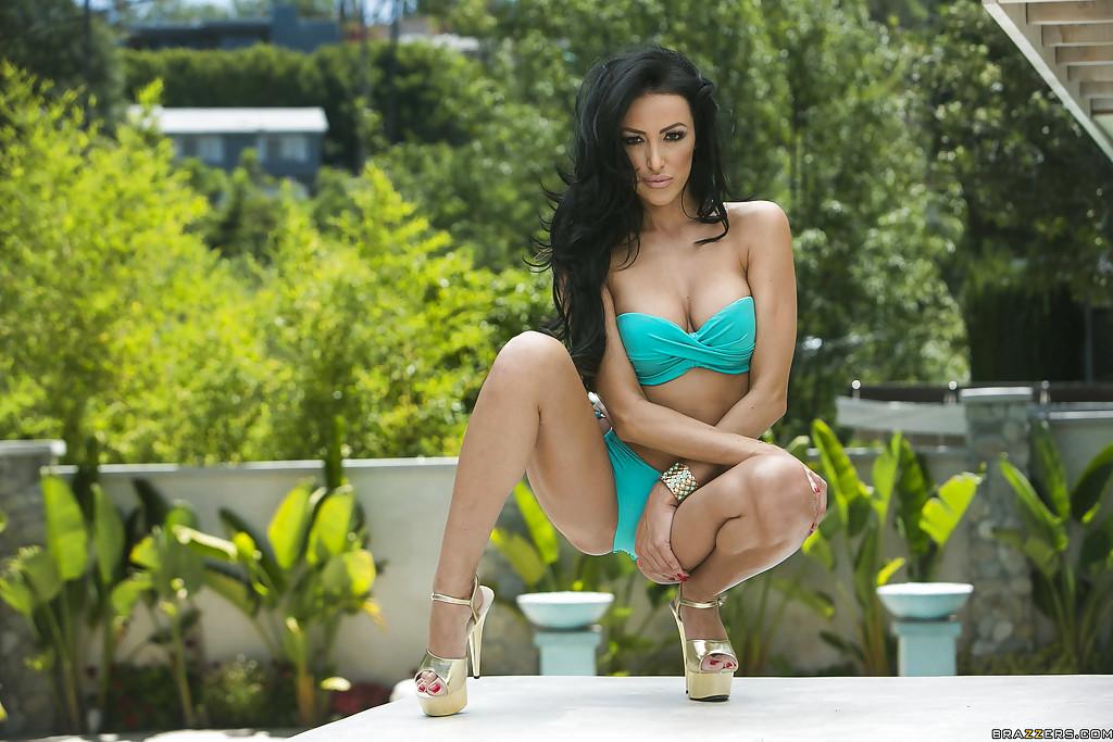 Breanne Benson снимает с себя бикини и демонстрирует свои прелести секс фото и порно фото