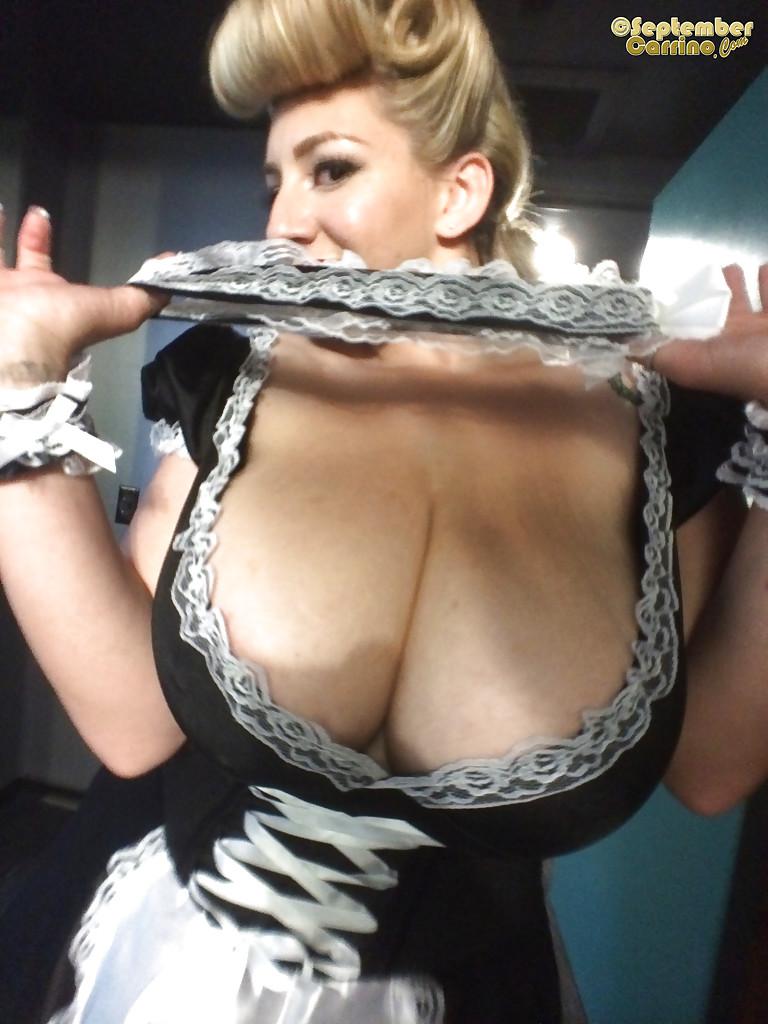 Служанка показывает свои огромные дойки на рабочем месте секс фото и порно фото