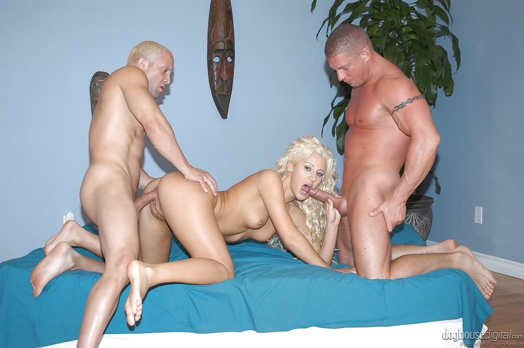 Мужики ебут блондинку в два ствола на кровати секс фото и порно фото