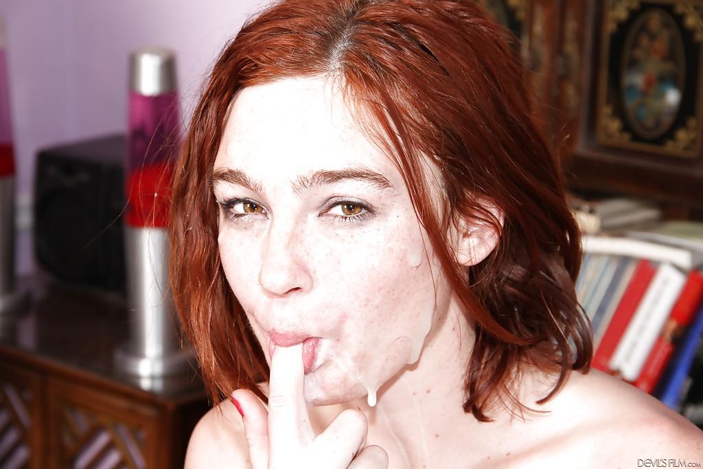 Рыжая девушка одновременно сосет три черных члена секс фото и порно фото
