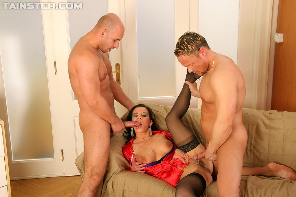 Брюнетку в красной блузке поимели два мужика во все дыры секс фото и порно фото