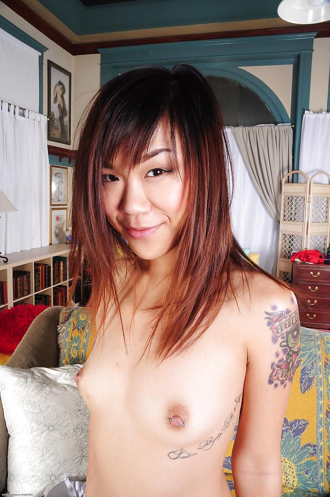 Худая китаянка с тату демонстрирует свою киску на диване и кайфует секс фото и порно фото