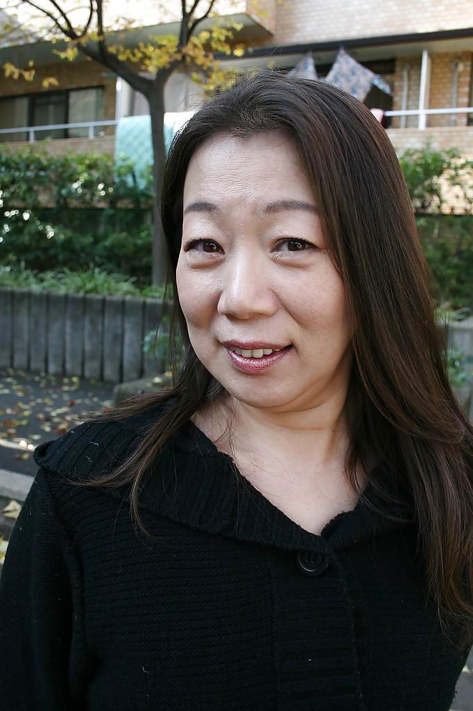 Зрелая азиатка показала свою пизду на улице секс фото и порно фото