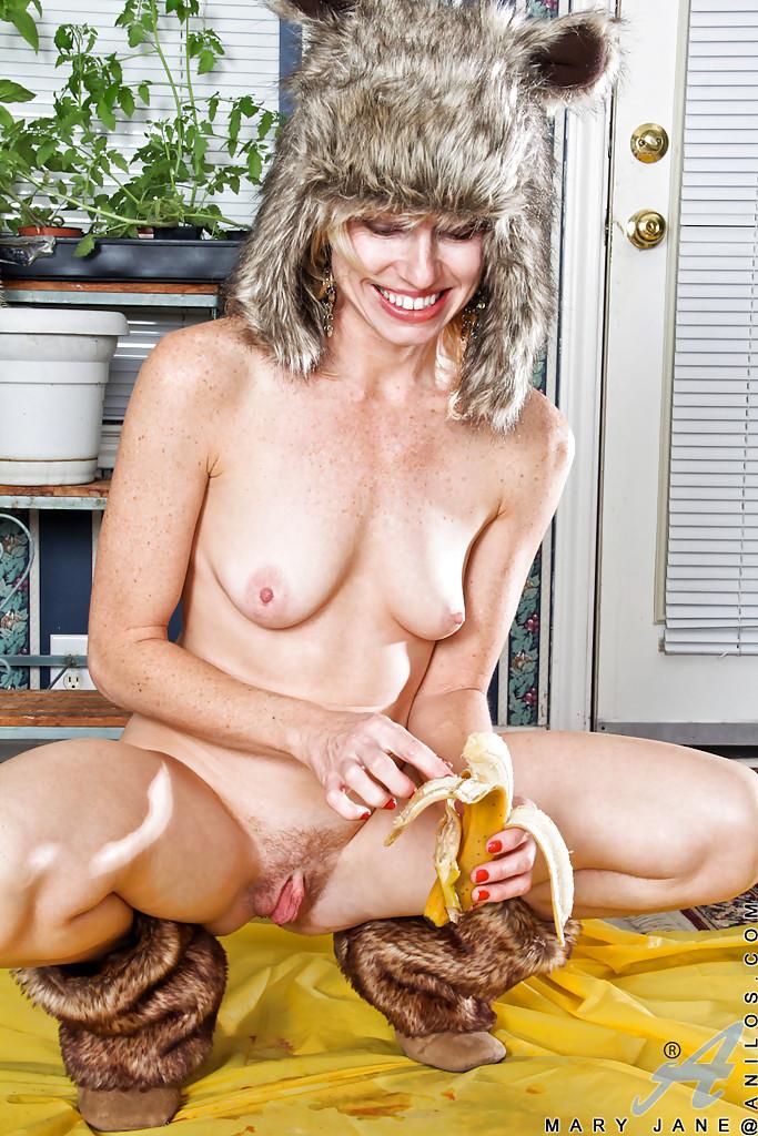 Горячая мамка засовывает в киску бананы и конфеты секс фото и порно фото