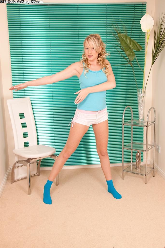 Милая блондинка в носочках и розовых трусиках доводит себя до оргазма секс фото и порно фото