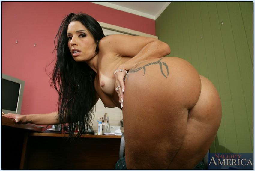 Стройная латина показывает большую жопу и маленькие сиськи секс фото и порно фото