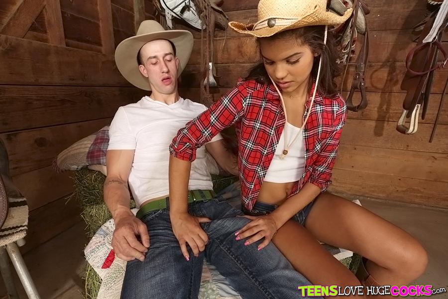 Девушка в ковбойском наряде насаживается на длинный член раком секс фото и порно фото