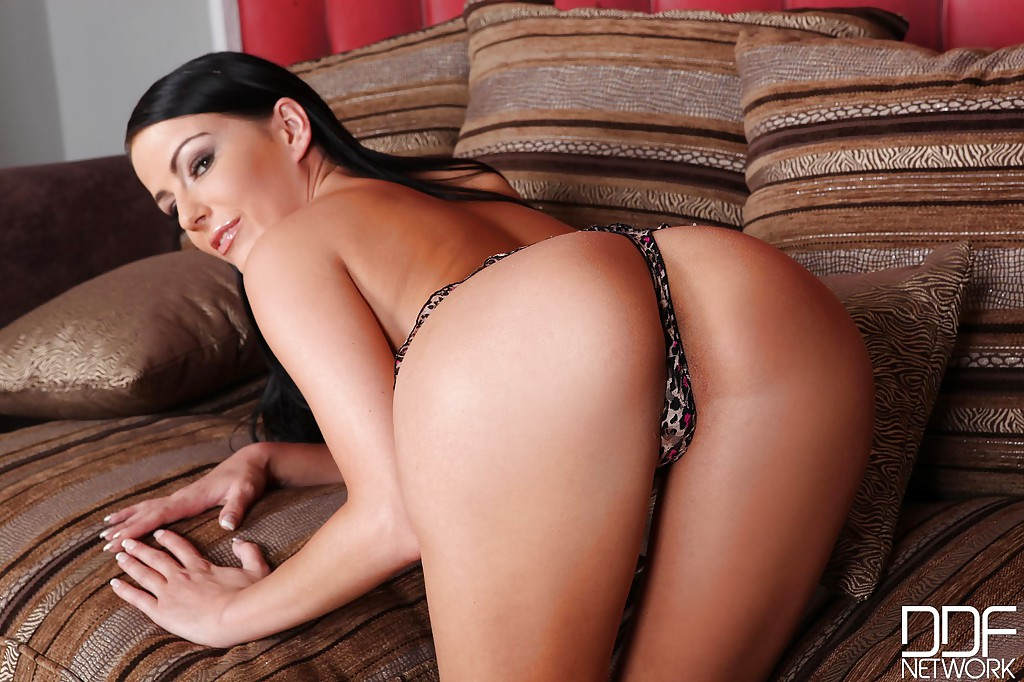 Стройная брюнетка с маленькой грудью оголяется и показывает свою киску секс фото и порно фото