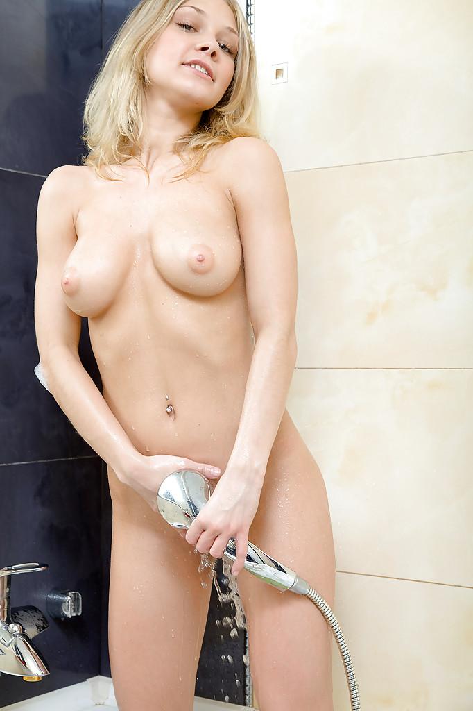 Молодая блондинка играет со своей вагиной в ванной секс фото и порно фото