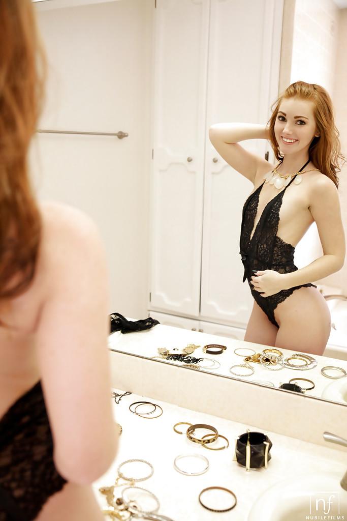 Стройная девушка в чёрном белье красиво мастурбирует в ванной секс фото и порно фото