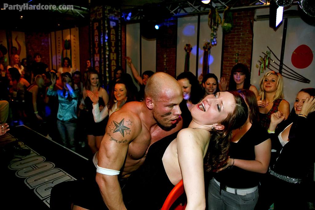 Пьяные подружки сосут у стриптизёров в клубе секс фото и порно фото