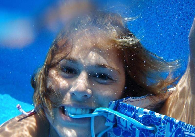 Подводный минет от девушки с упругими сиськами секс фото и порно фото