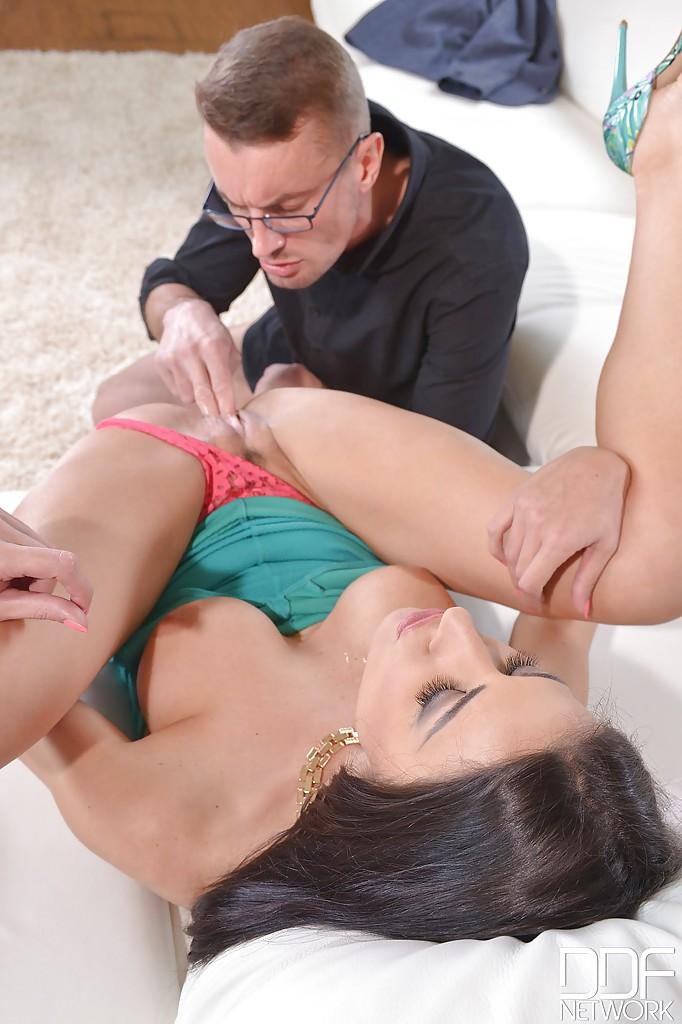 Европейская мамочка показывает как делать глубокий заглот и давать в жопу секс фото и порно фото