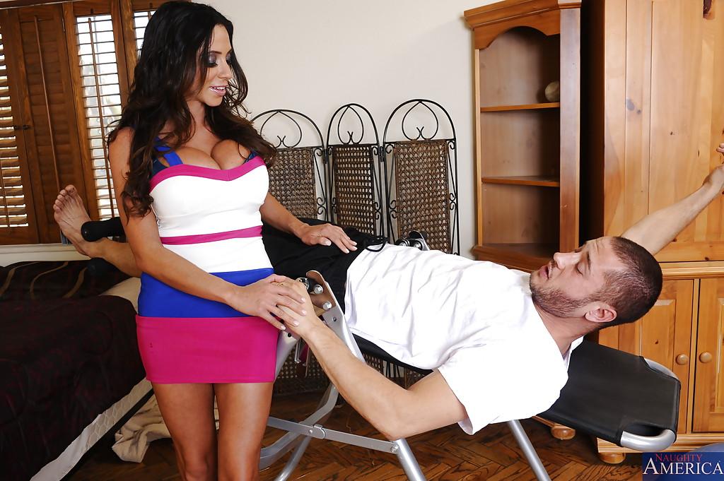 Латинка с большой грудью насаживается на член и размазывает сперму по киске секс фото и порно фото