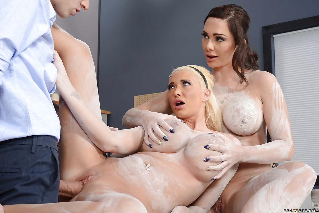 Две лесбиянки трахаются с парнем на рабочем столе секс фото и порно фото