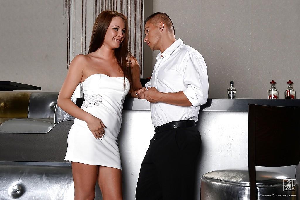 Стройняшка взяла в рот и отдалась богатому ухажеру секс фото и порно фото