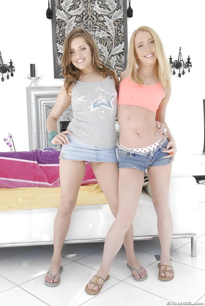Две улыбчивые красотки раздеваются на фоне камина секс фото и порно фото