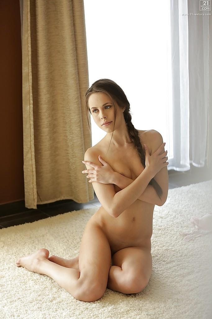 Длинноногая девушка дрочит киску, лежа на полу секс фото и порно фото