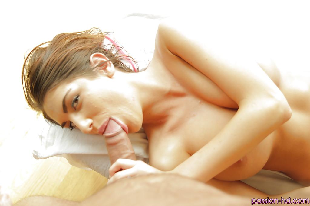 Красотка с большими сиськами делает минет на кушетке для массажа секс фото и порно фото