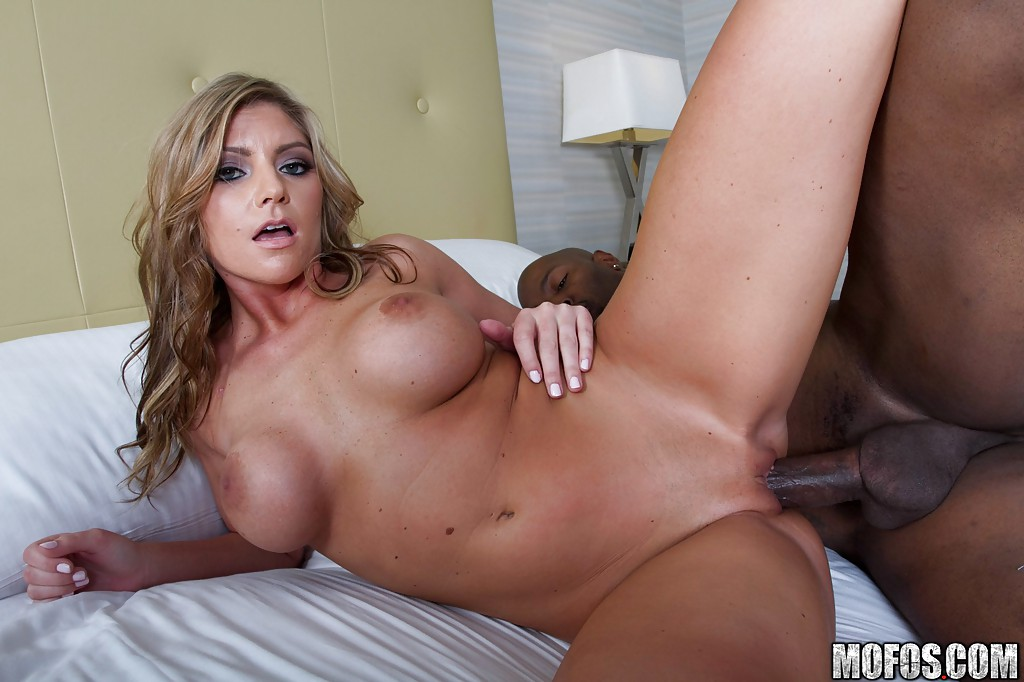 Нигер трахнул в киску красотку Brianna Brooks на кровати секс фото и порно фото