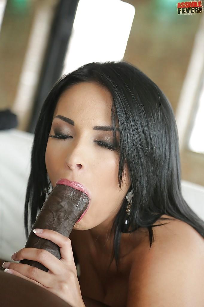Межрассовый анальный трах итальянки Anissa Kate на белом диване секс фото и порно фото