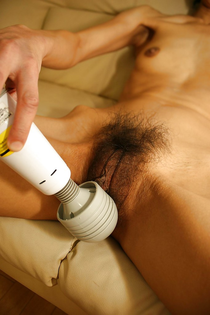 Тощая азиатка дрочит волосатую киску вибратором секс фото и порно фото