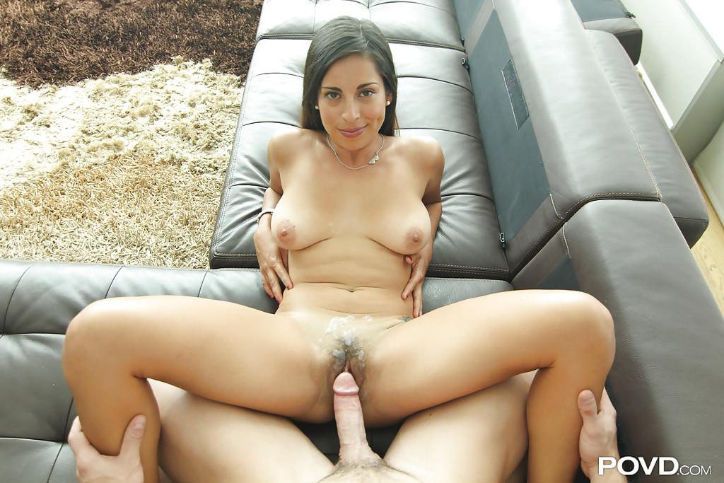 Горячая латинка трахается на диване со своим любовником секс фото и порно фото