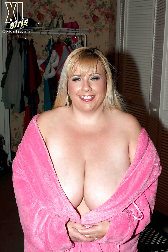Толстухи демонстрируют огромные груди в одежде и без секс фото и порно фото