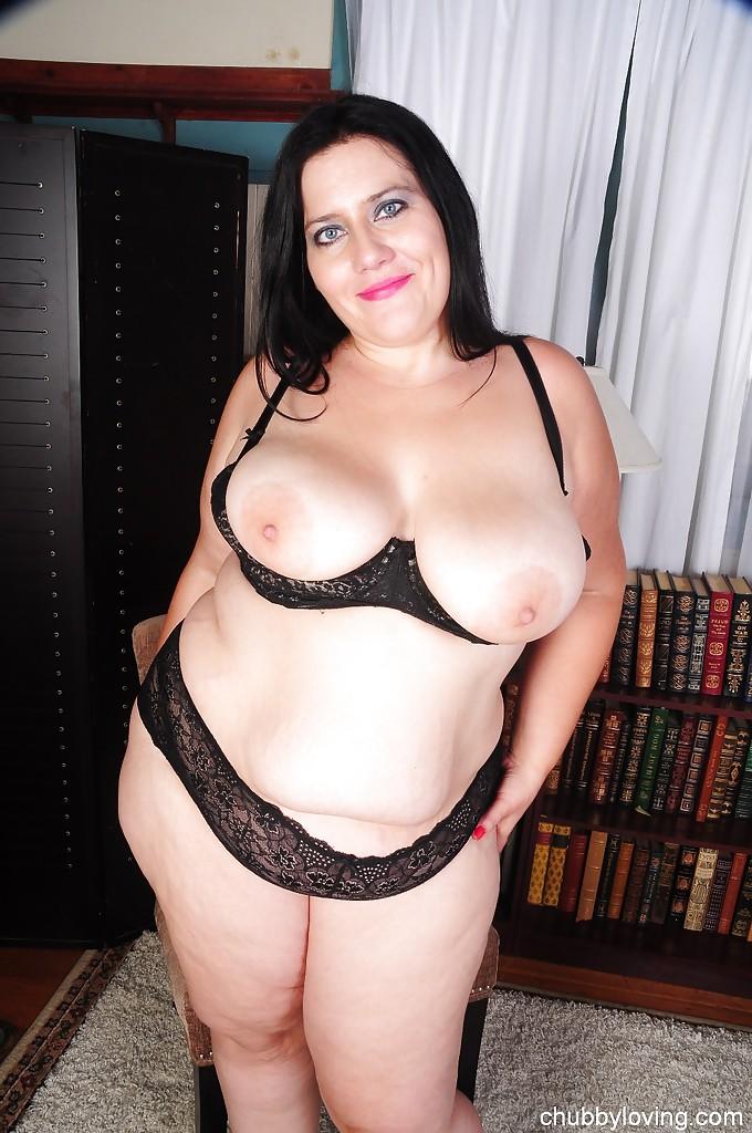 Жирная брюнетка дразнит гигантской грудью, сидя на стуле секс фото и порно фото